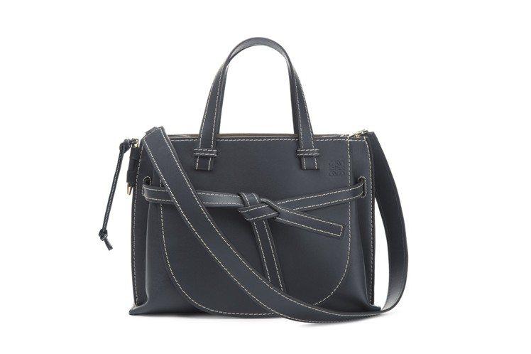 秋冬季Gate Bag推出小牛皮托特包型。圖/LOEWE提供