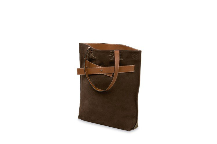Gate Bag的隨性精神也展現在男裝托特包款。圖/LOEWE提供