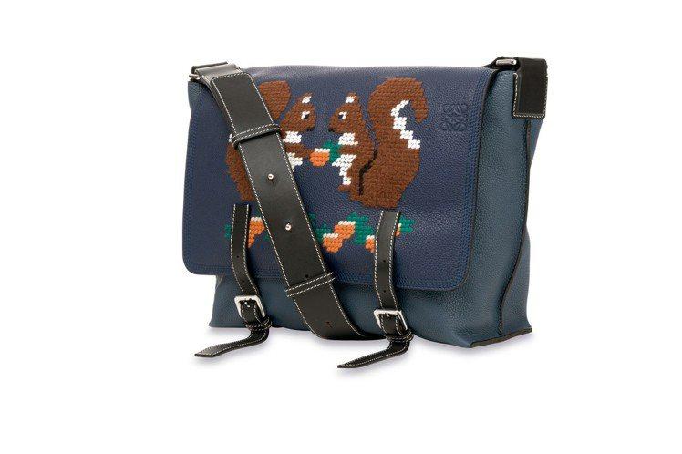 動物縫繡讓現代包款有著懷舊手藝的氛圍。圖/LOEWE提供