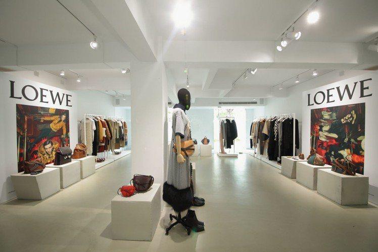 LOEWE秋冬裝男女系列在台上市。圖/LOEWE提供