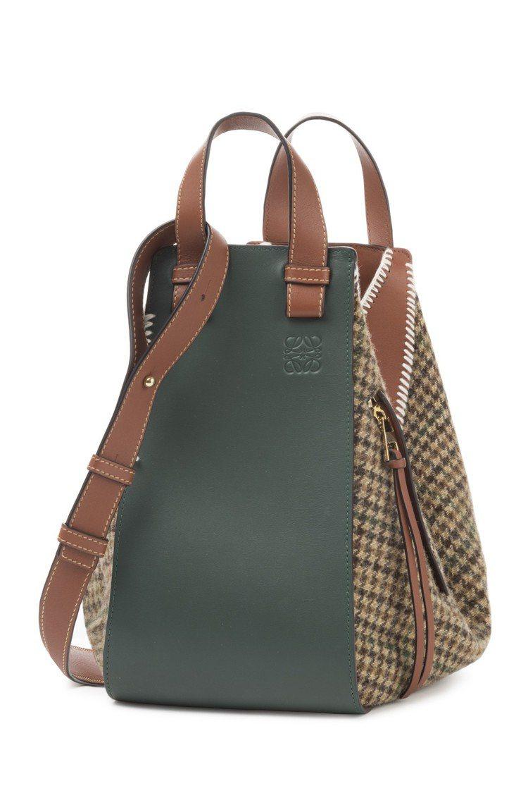 Hammock柏樹綠拼色小牛皮間背提包有學院風的典雅。圖/LOEWE提供