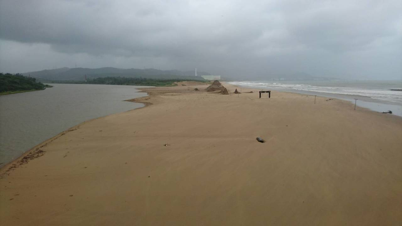 主辦單位今早趕到沙灘時,看到沙雕藝術品被大浪「夷為平地」,驚呆了,直呼從沒這麼慘...