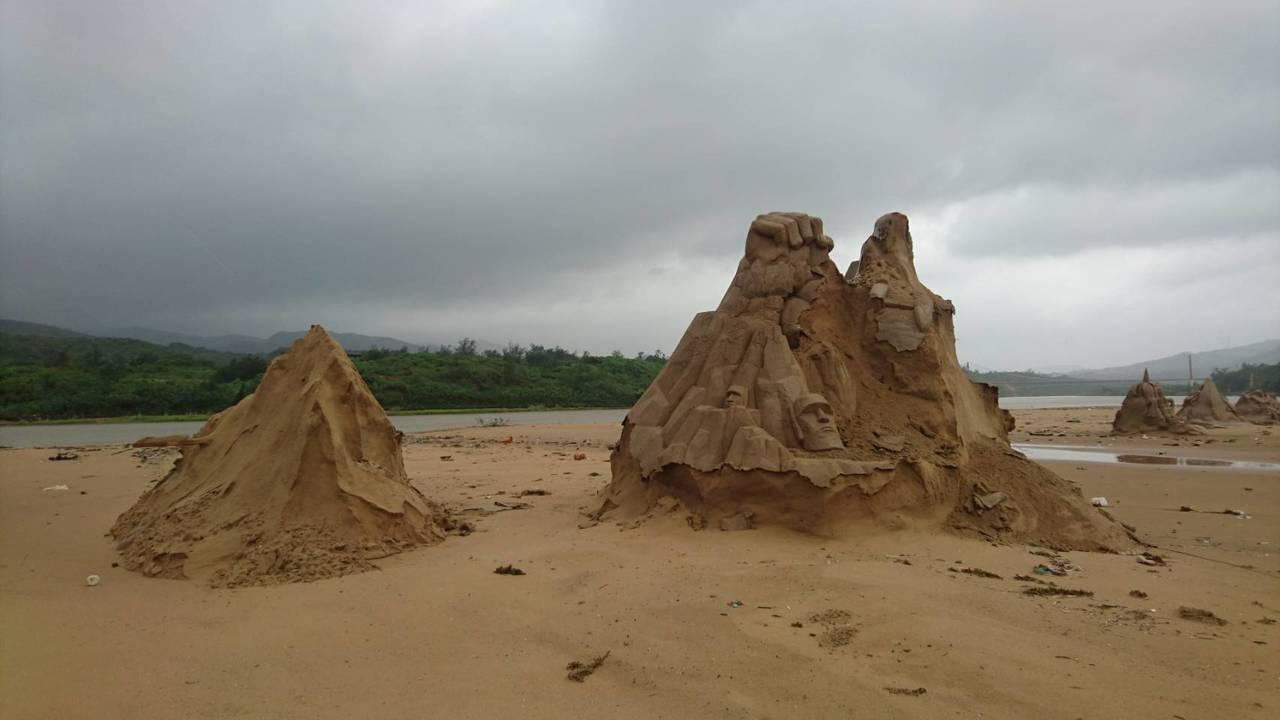 瑪莉亞中颱夜襲福隆沙雕季,76座沙雕藝術品只剩8座還看得出樣貌,毀於一夕。圖/東...