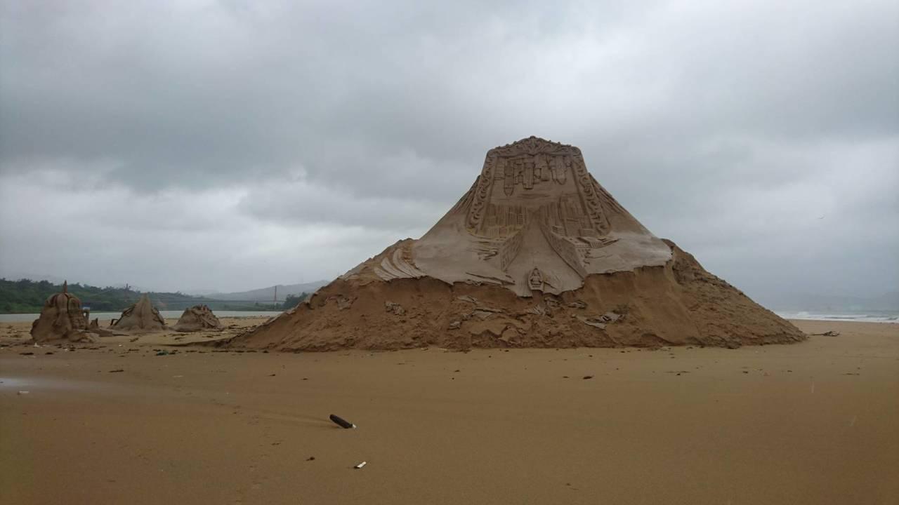 瑪莉亞中颱夜襲福隆沙雕季,76座沙雕藝術品只剩8座還看得出樣貌。圖/東北角管理處...