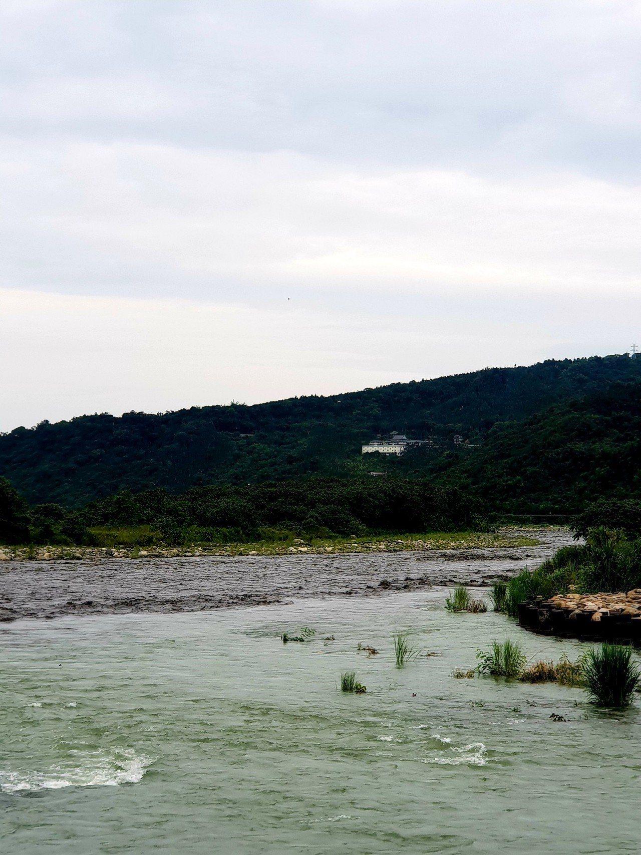 南投縣濁水溪和水里溪流域今出現「陰陽河」,兩溪交會一清一濁有明顯界線,相當奇特。...