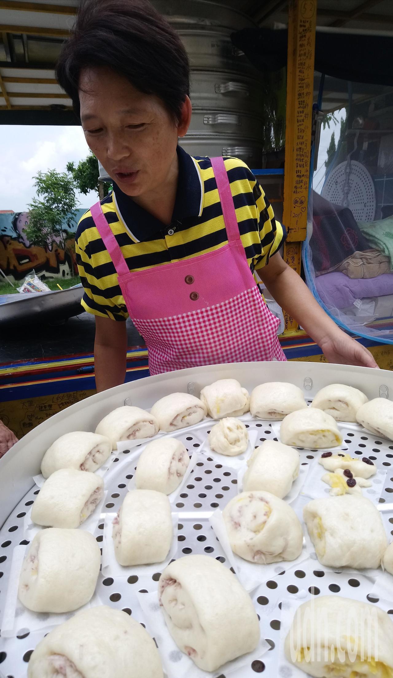 靳寶儀說,要將愛的饅頭分享到全台灣。 記者卜敏正/攝影