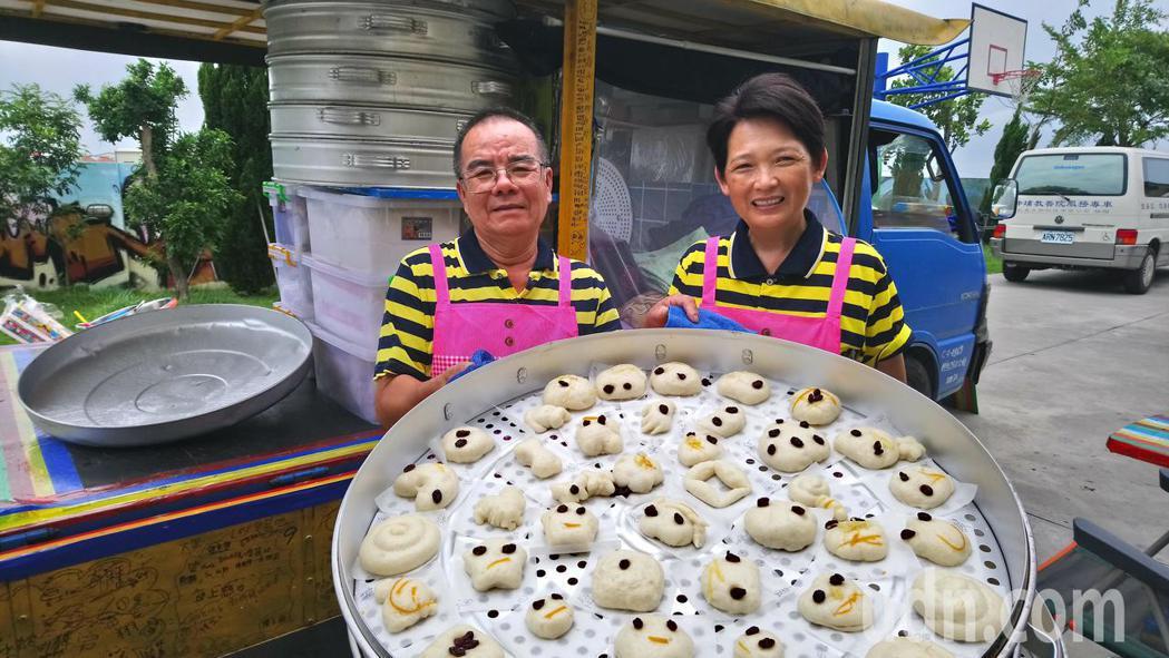 林波(左)、靳寶儀一輛小貨車走遍全台灣,為弱勢團體製作愛的饅頭。記者卜敏正/攝影