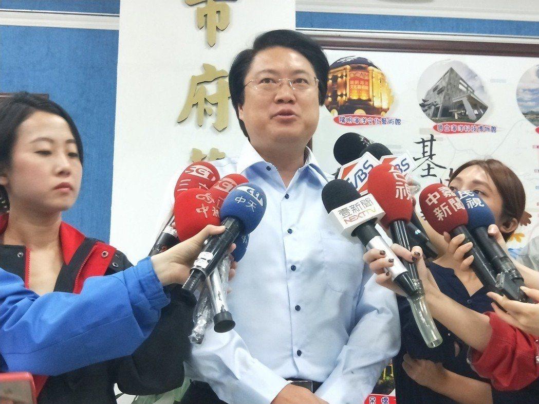 新北市今天放颱風假,基隆市長林右昌指他們猜大概是因為朱立倫在國外怕被罵。記者游明...