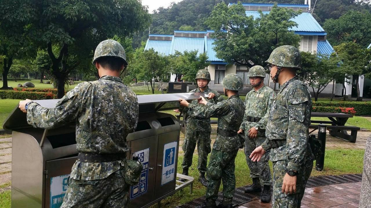 颱風來襲,海軍蘇澳後勤支援指揮部進駐宜蘭防颱,今天不但沒颱風假,又趕赴武荖坑風景...