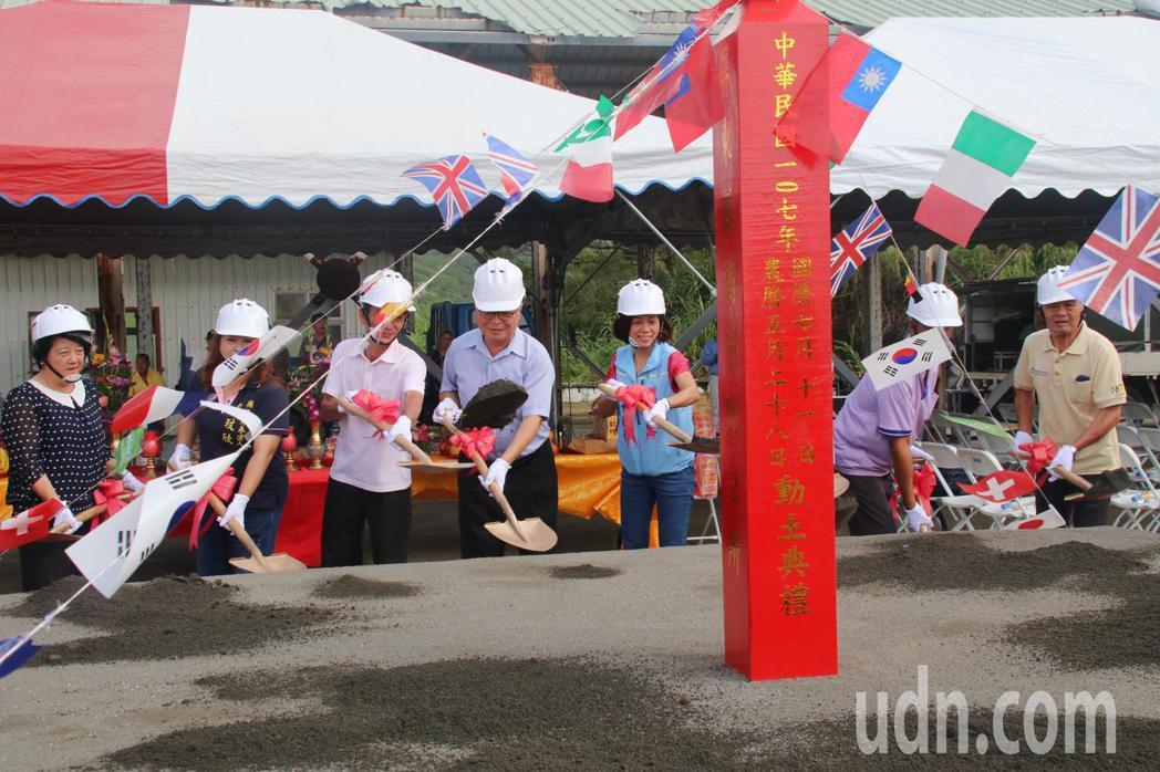 屏東縣滿州鄉立生命館今天舉行動土儀式,讓鄉親老有所終。記者潘欣中/攝影