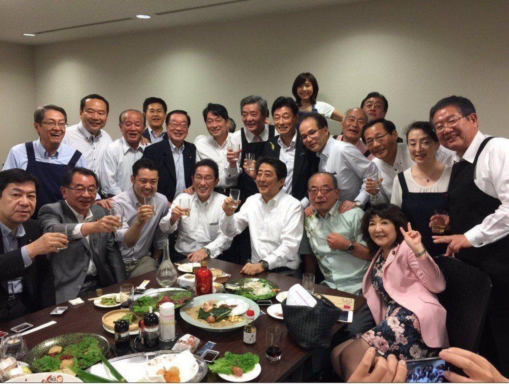 日本內閣官房副長官西村康稔在推特發布的照片顯示,西日本暴雨來襲之際,日相安倍晉三...