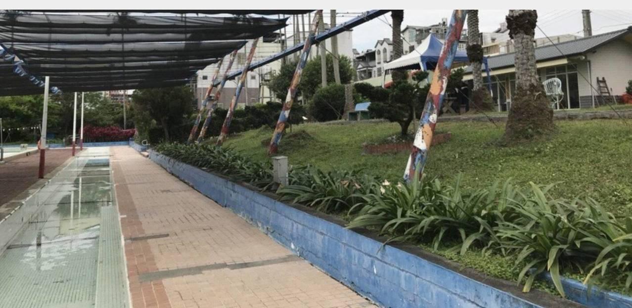 救國團要點交收回龍潭游池的地上建築物(右側),關閉泳池不再營運,嚴重影響民眾使用...