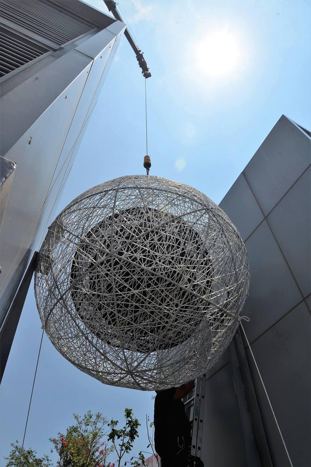 台南海安路藝術大道上藝術家曾瑋的作品「記憶的重量」,安放在兩座通風塔中間。圖/都...