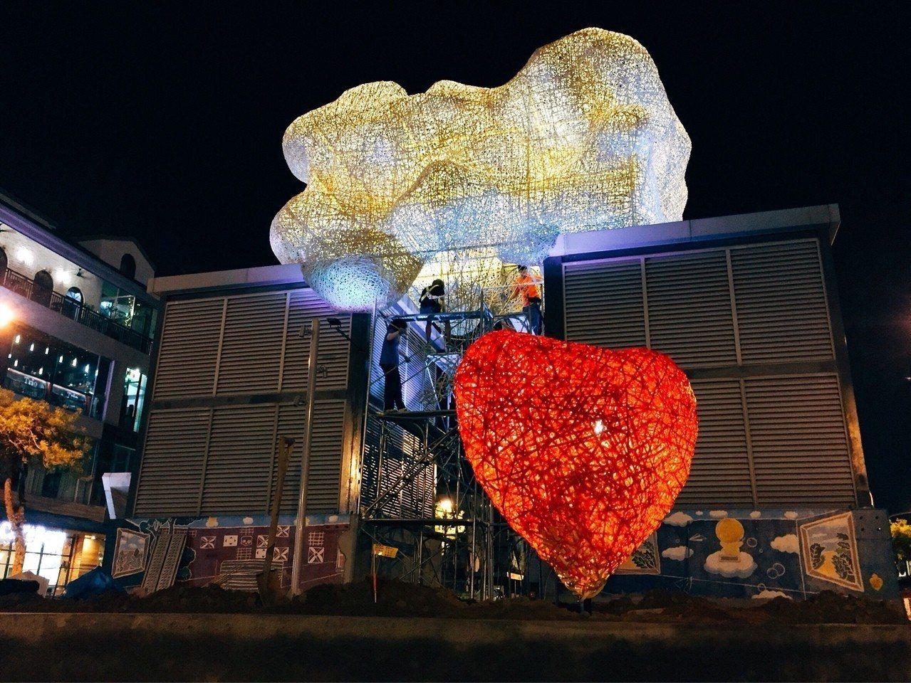 台南海安路藝術大道上藝術家游文富的作品「TAG海安&愛的OS」,讓冰冷的通風塔浪...