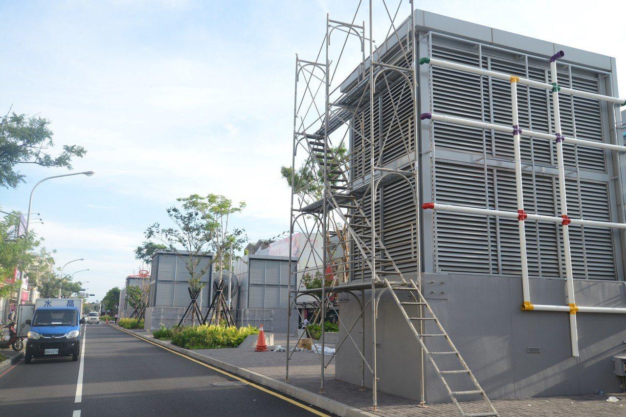 台南海安路因為興建地下停車場,地面上有許多大型通風塔,未來有城市報時的新任務。圖...