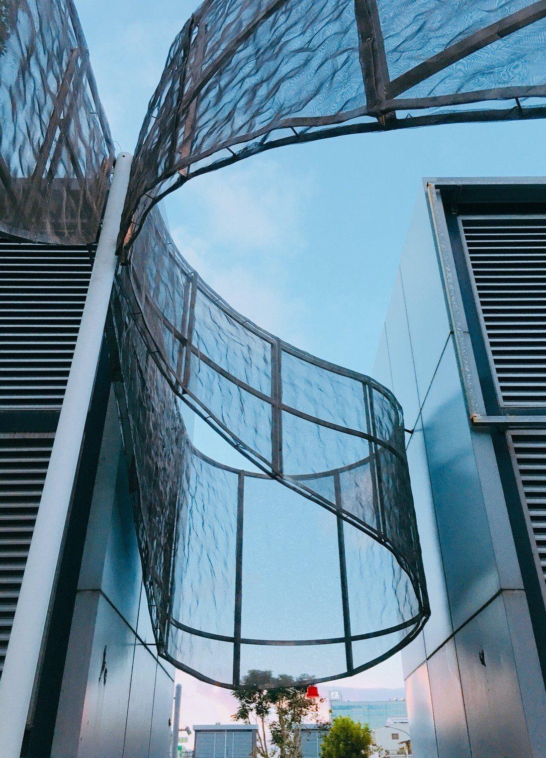 台南海安路藝術大道上藝術團隊CLAS X OHDEAR的作品「漣」,讓冰冷的通風...