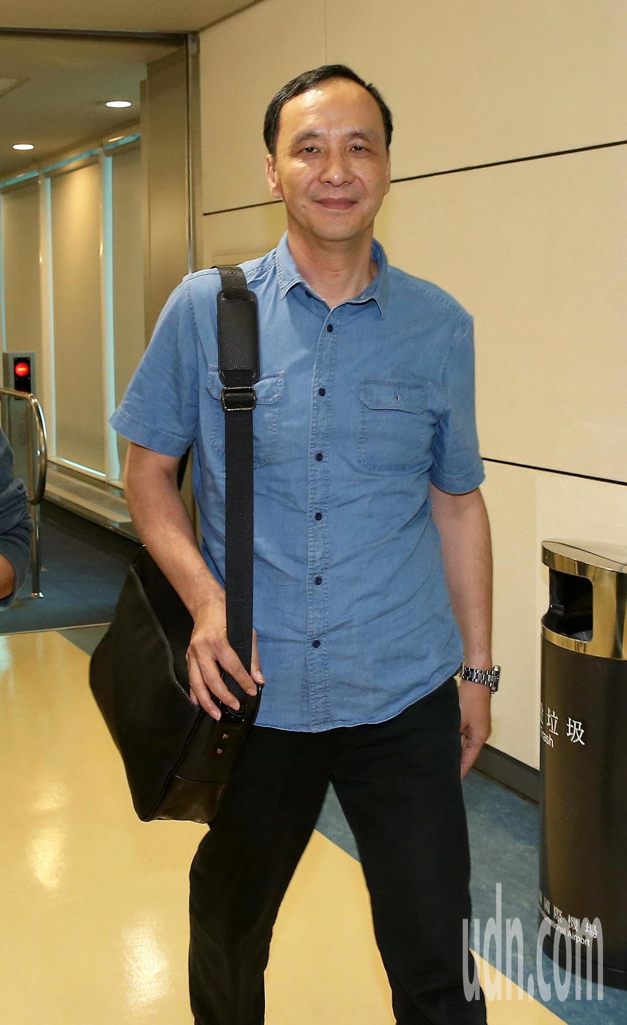 新北市長朱立倫結束新加坡訪問行程,11日傍晚搭乘長榮航空公司班機返抵桃園機場。記...