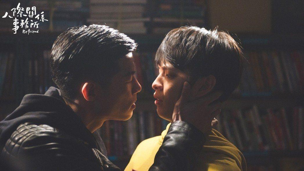王柏傑(左)與曹佑寧的男男吻戲,讓大陸網友誤以為「人際關係事務所」是BL劇。圖/