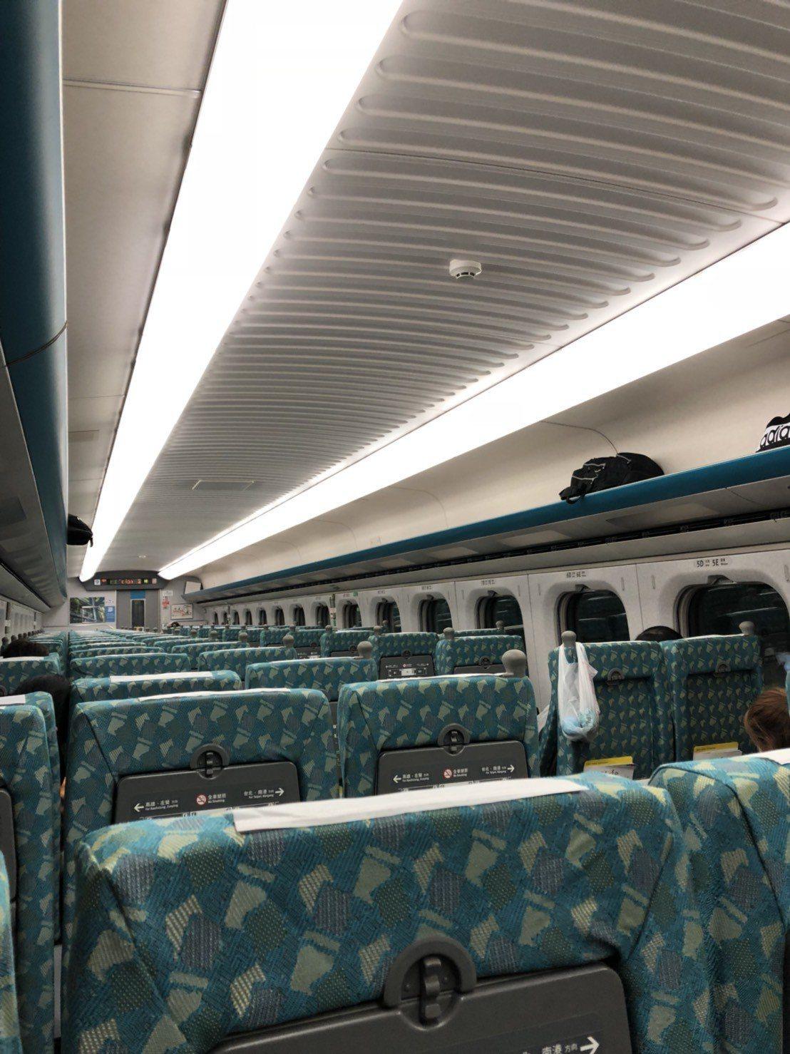 台南晚間淺震,高鐵列車一度停駛。圖/讀者提供