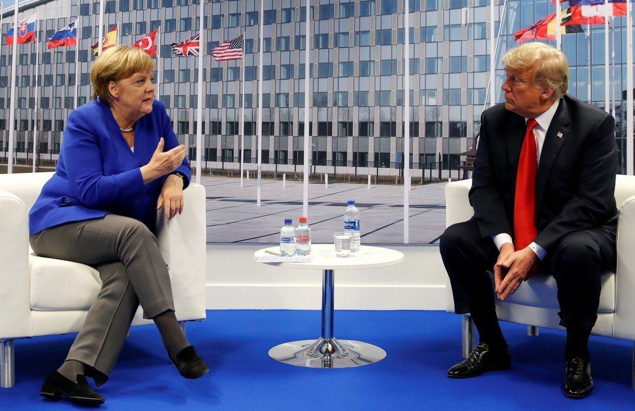 出席北約峰會的川普(右)11日與德國總理梅克爾(左)舉行雙邊會談,會後川普強調他...