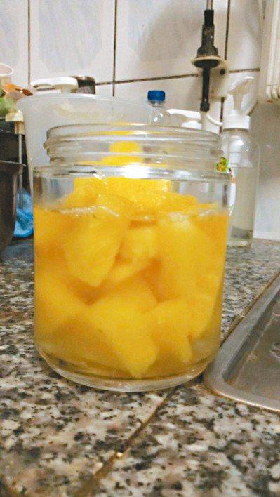 檸檬盛產季節,價格便宜,將新鮮檸檬榨汁,原汁以玻璃瓶裝罐冷藏,口渴時依個人喜好適...