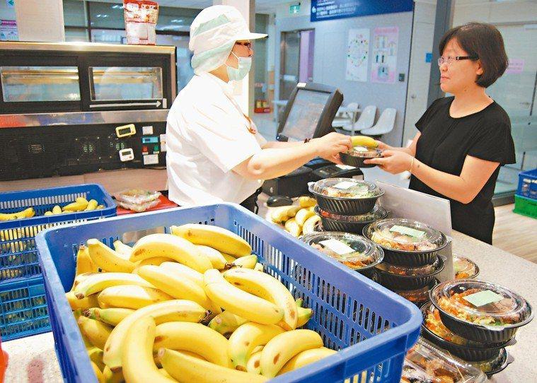 香蕉產量過剩,北醫附醫購買大量香蕉,免費提供給員工。 圖/台北醫學大學附設醫院提...