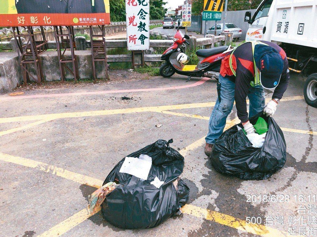彰化市公所打撈被丟在大埔截水溝的垃圾包,破袋稽查。 圖/彰市公所清潔隊提供