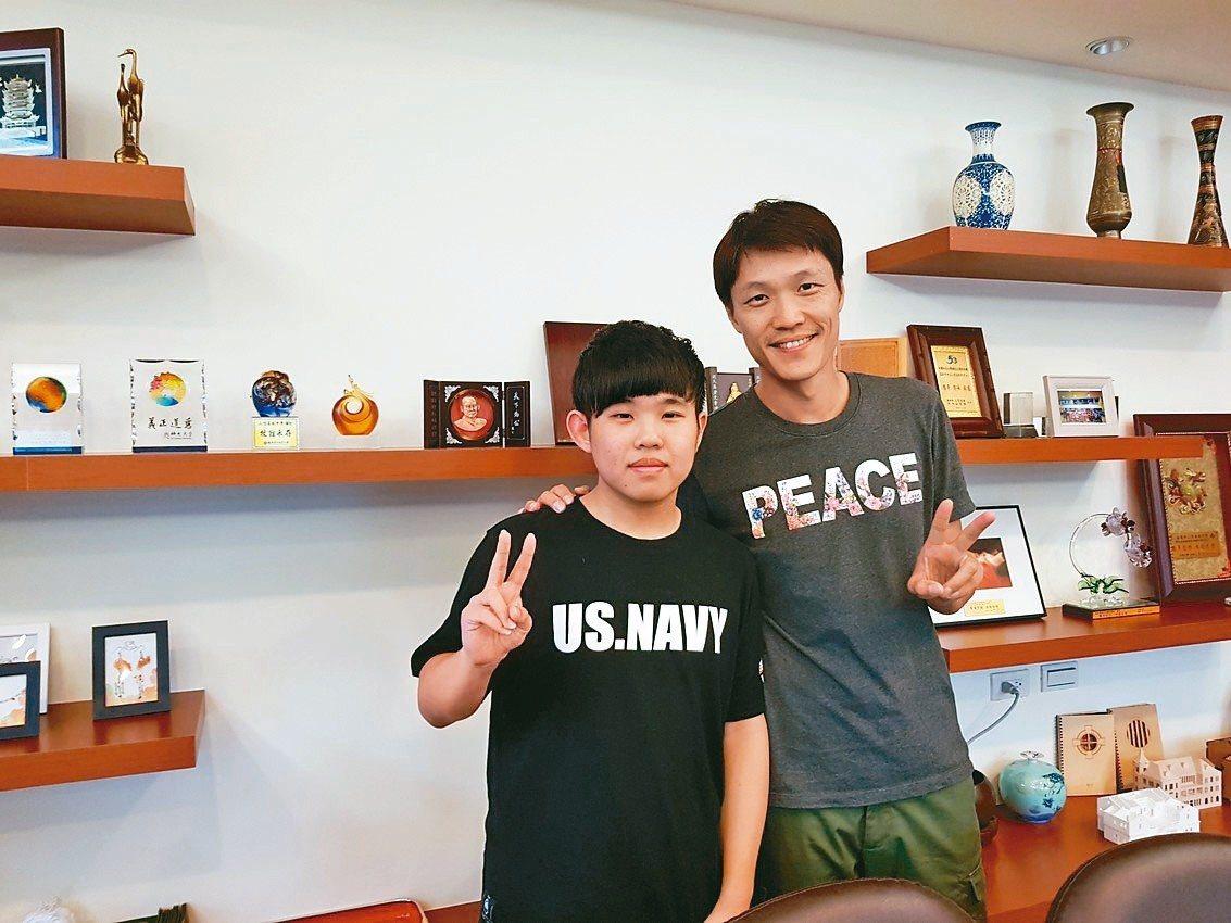 全國四技二專錄取交大電機的黃鈺翔(左)與導師陳紀昌合影。 圖/二信高中提供