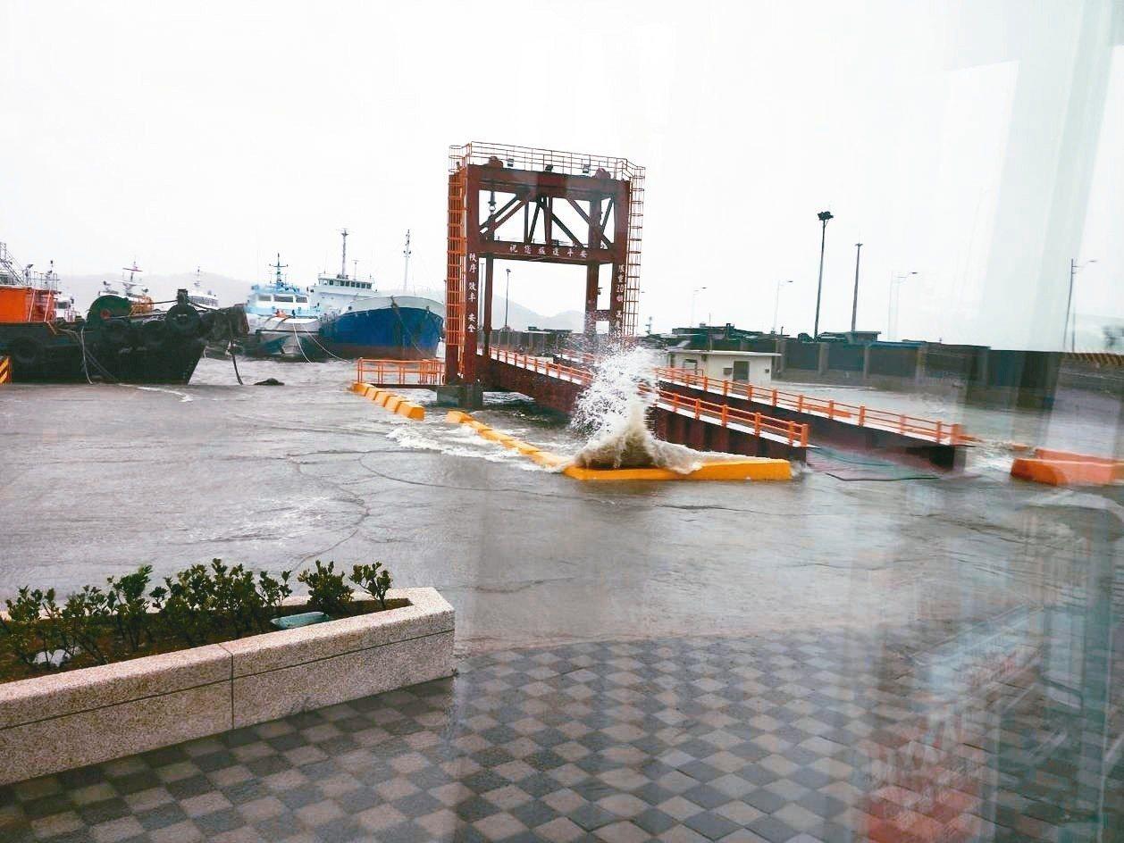 瑪莉亞颱風造成連江縣風雨大,海水倒灌。 圖/讀者提供