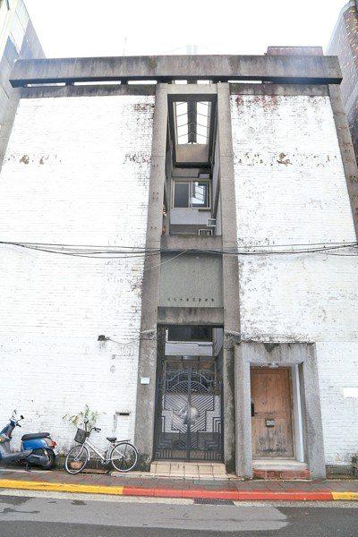 大安區濟南路的虹廬約在1964年落成,其特色是外觀立面和天井,但產權屬於私宅。 ...