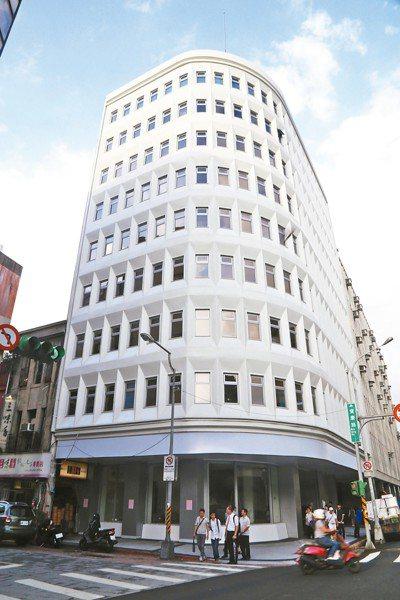屬於遠東集團的亞洲水泥大樓,外觀比例優雅、非常乾淨,隔間也沒有大幅修改,受到文資...
