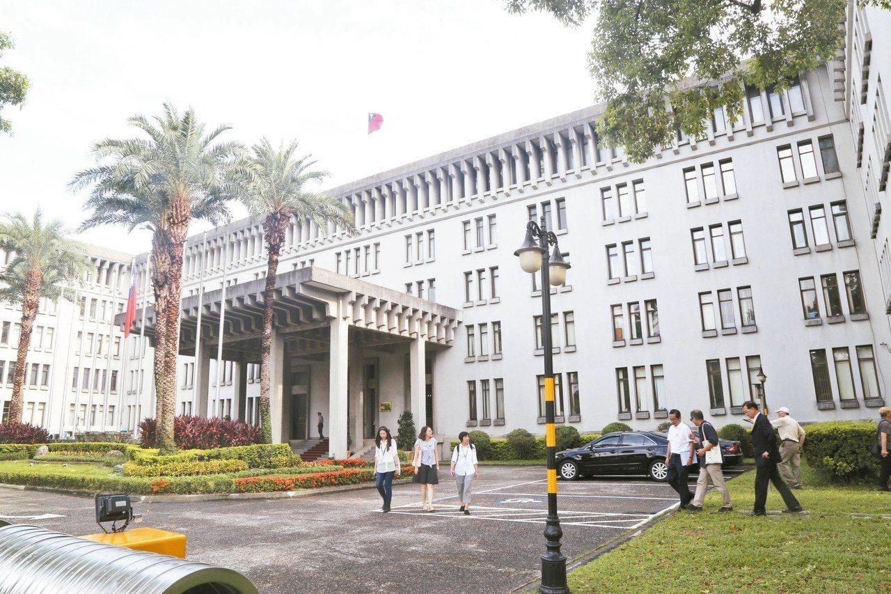 位於凱達格蘭大道的外交部辦公大樓,地基狹長、建物宏偉。 記者魏莨伊/攝影