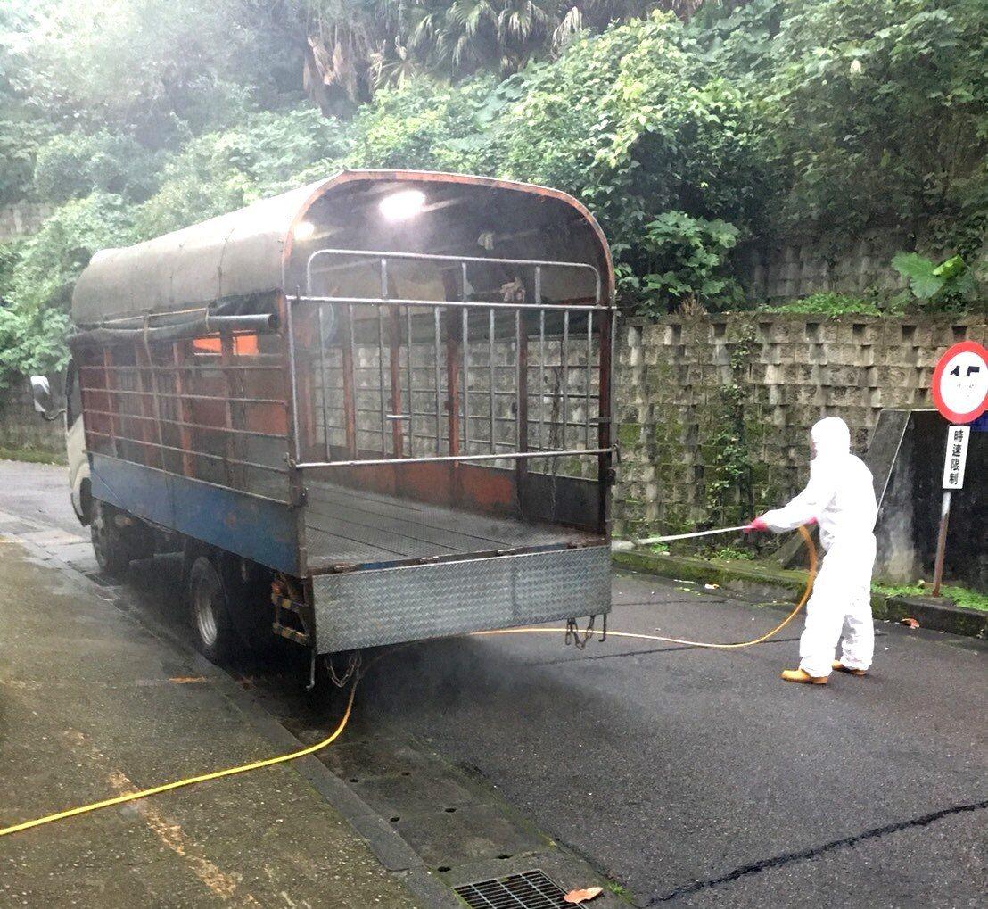 動保處表示,每輛車輛都會徹底清洗消毒,讓防疫措施滴水不漏。圖/新北市動保處提供