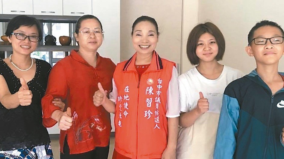亞斯伯格症肯納症協會理事長陳習珍(中)。 圖/取自陳習珍臉書