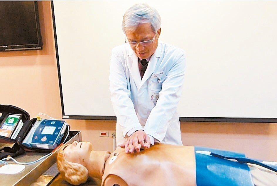 台中榮總急診部主任蔡哲宏示範CPR,雙手打直、手掌疊起,對準兩胸中間,以每分鐘1...
