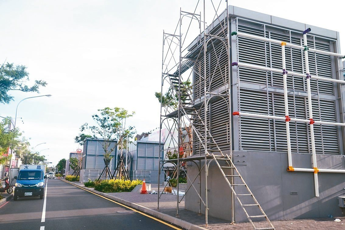 台南海安路因建地下停車場,地面上有許多大型通風塔,未來有城市報時的新任務。 圖/...