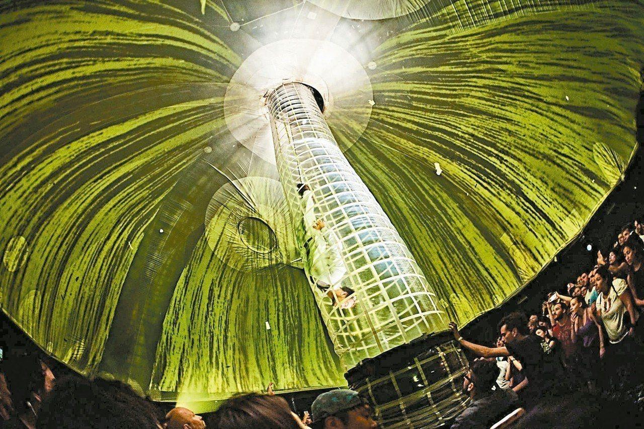 「極限震撼+」是一場結合劇場及派對的跨界演出,全球已超過六百萬人朝聖,十月登台,...