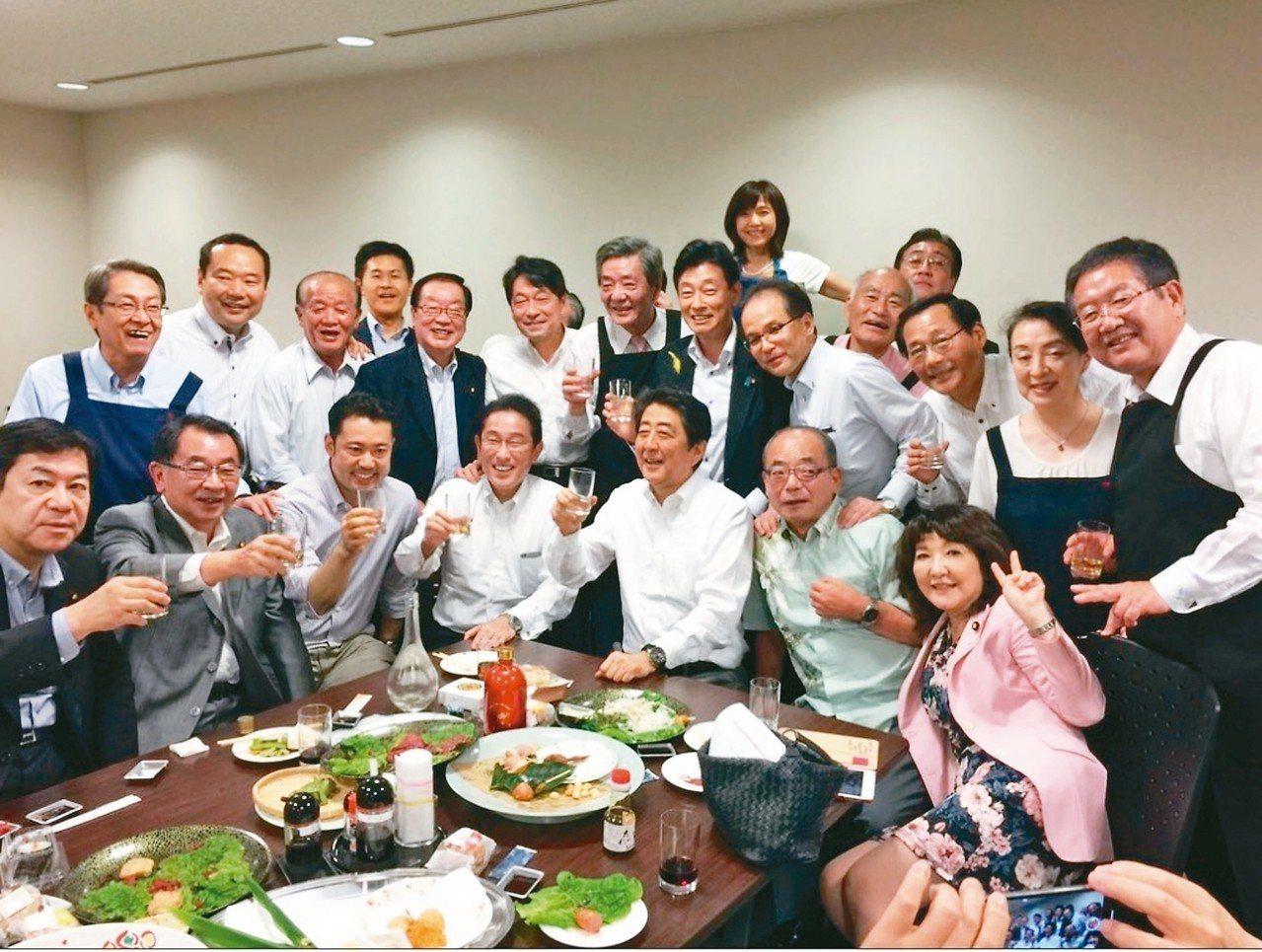 西日本水災風雨來襲的五日晚間,安倍晉三與自民黨議員聚會談笑風生,還在社交網站發布...
