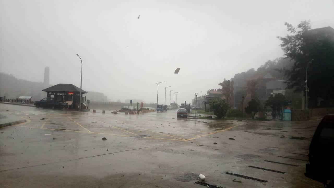 連江縣受到颱風影響,風大雨大,所幸未傳出人員受傷。 圖/讀者提供