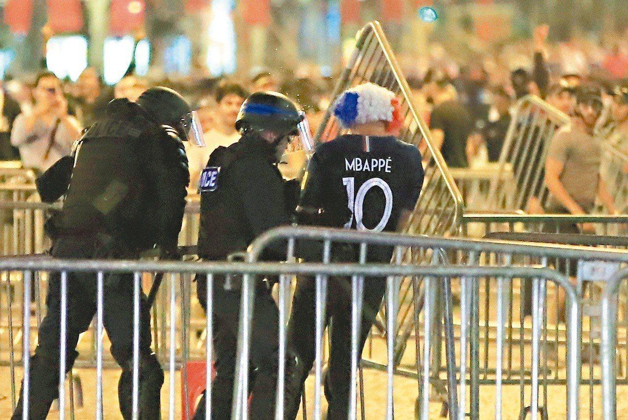 法國警方出動驅離球迷。 (路透)