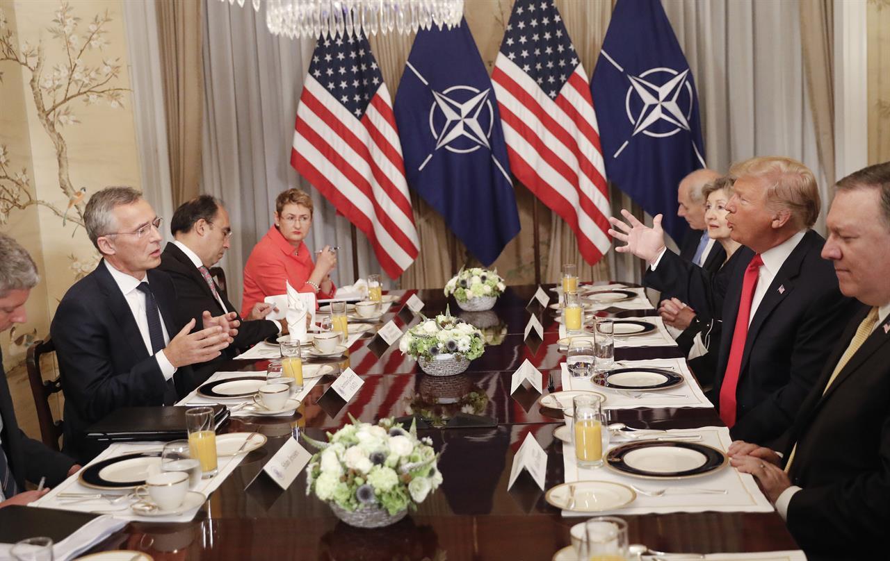 川普11日跟北約秘書長共進早餐。 (美聯社)