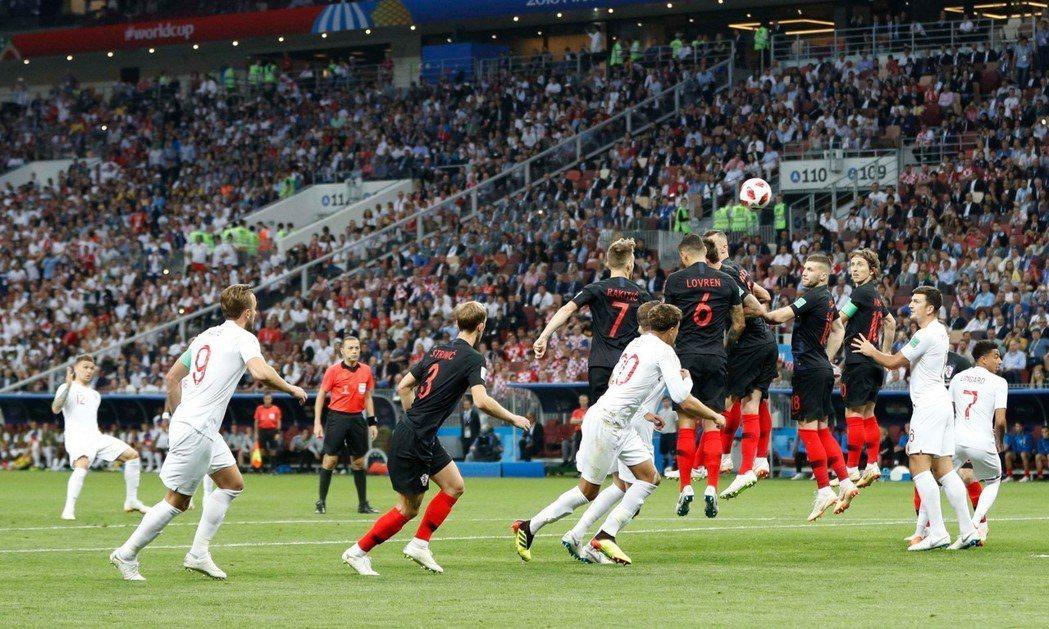 英格蘭開賽5分鐘在禁區外取得自由球機會,由特里皮耶(Kieran Trippie...