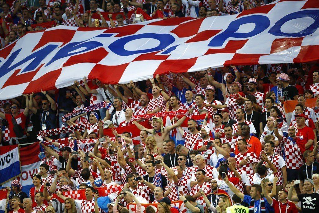雖然現場球迷人數不比英格蘭,但克羅埃西亞的「格子軍團」應援聲勢驚人。 美聯社