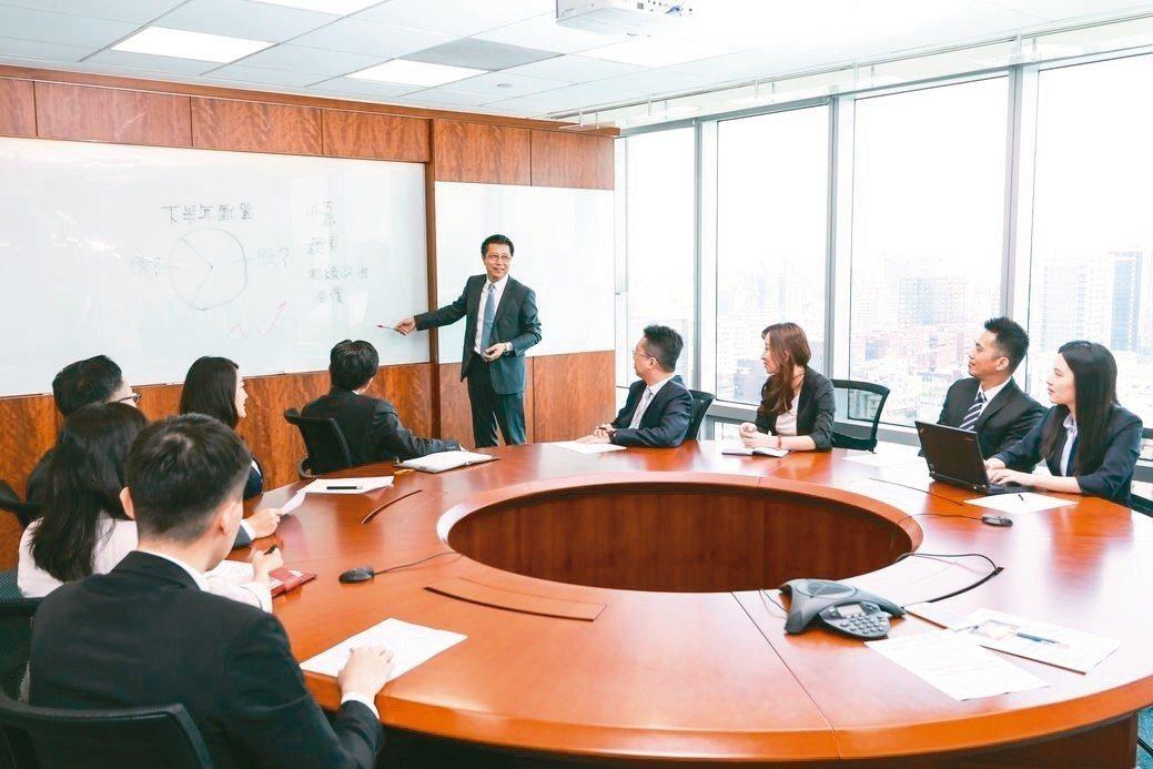 富邦證券理財業務督導郭永宜資副每周帶領團隊嚴審理財商品,為客戶投資權益把關。 富...