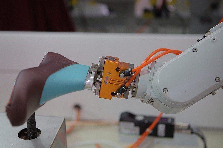 金屬中心開發的鞋底自動打粗系統,將製鞋過程中鞋面的手動打粗製程,升級為全自動化。...