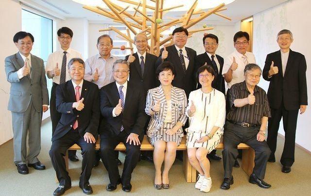 中華卓越經營協會新任會長吳宗寶(前排左二)、榮譽會長張家宜(前排右三)、副會長黃...