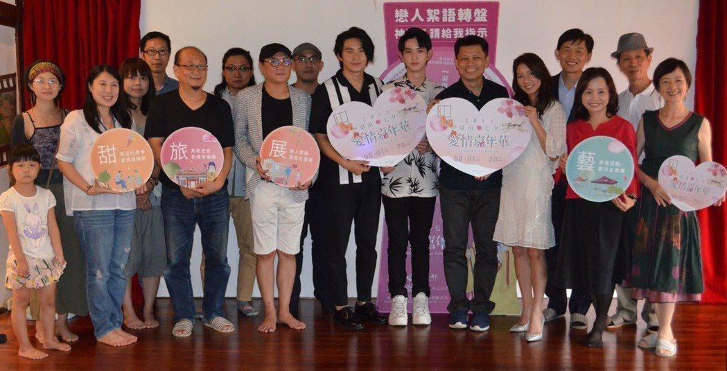 葉澤山局長(第二排右二)與〈戀人絮語〉演員合影。  陳慧明 攝影