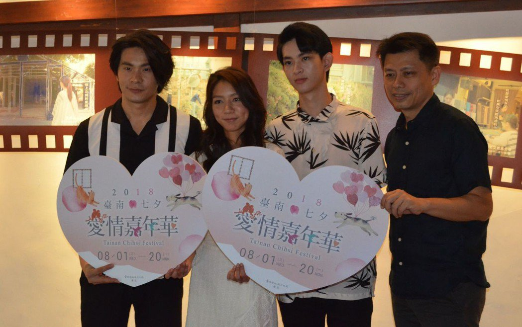 導演黃銘正(右)與3位演員合影。  陳慧明 攝影