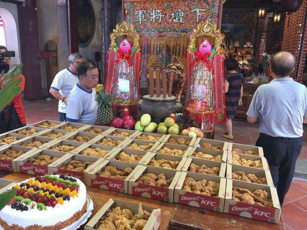 信眾揪團在7月13日集資購買35桶炸雞至興濟宮祭拜虎爺。 興濟宮 提供