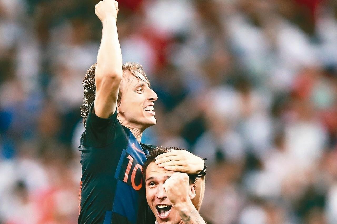 克羅埃西亞綽號「魔笛」的隊長莫德里奇(左),攻守俱佳為世界級最佳中場,也是本屆世...